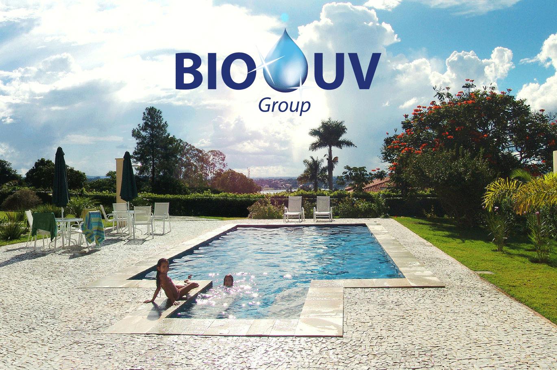 Magnifique piscine traitée sans chlore avec BIO-UV avec des enfants qui s'amusent