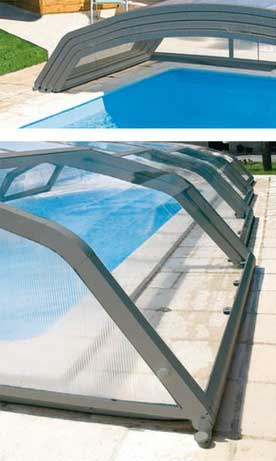 Abri de piscine dont les éléments se déplacent dans les 2 sens