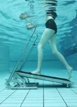 Aqua jogging sur tapis de marche