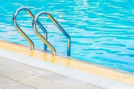 Sortie de piscine par échelle