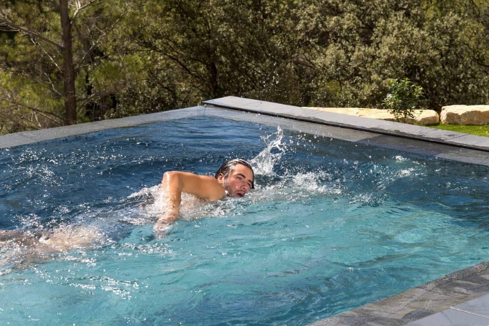 Nager dans la piscine urbaine