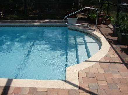 nettoyage manuel autour de la piscine