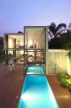 Piscine couloir de nage dans jardin en longueur