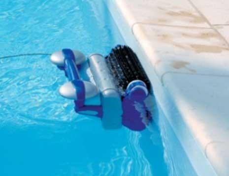 Robot de piscine qui monte aux parois